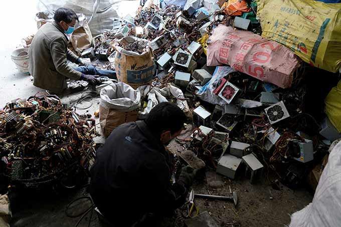Reciclagem de eletroeletrônicos na China.