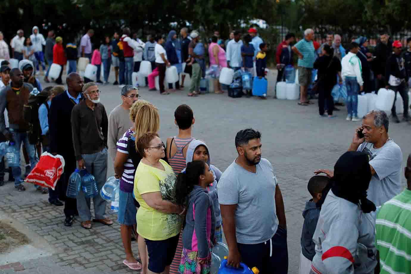 Multidão faz fila para buscar água em um dos 200 pontos de coleta na cidade.