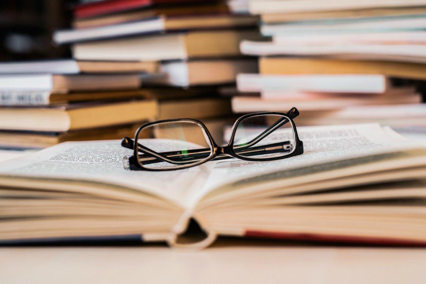 Livros: veja concursos públicos com inscrições abertas