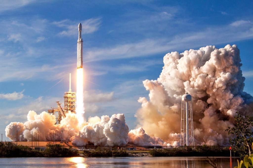 Foguete Falcon Heavy, da SpaceX durante seu lançamento no dia 6 de fevereiro de 2018. Ele é o maior foguete já lançado