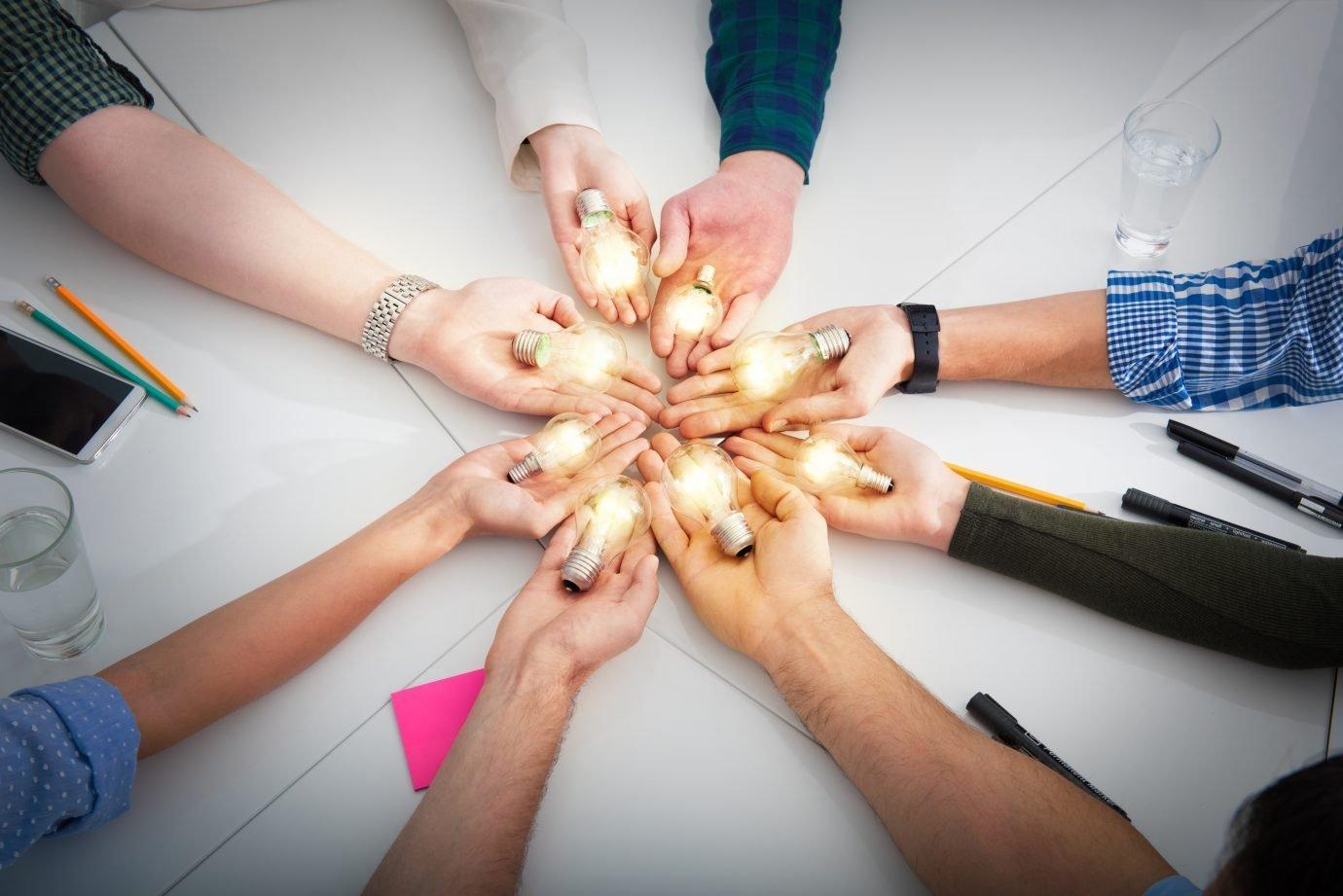 Lâmpadas juntas: inovação, negócios, startups, trabalho em equipe