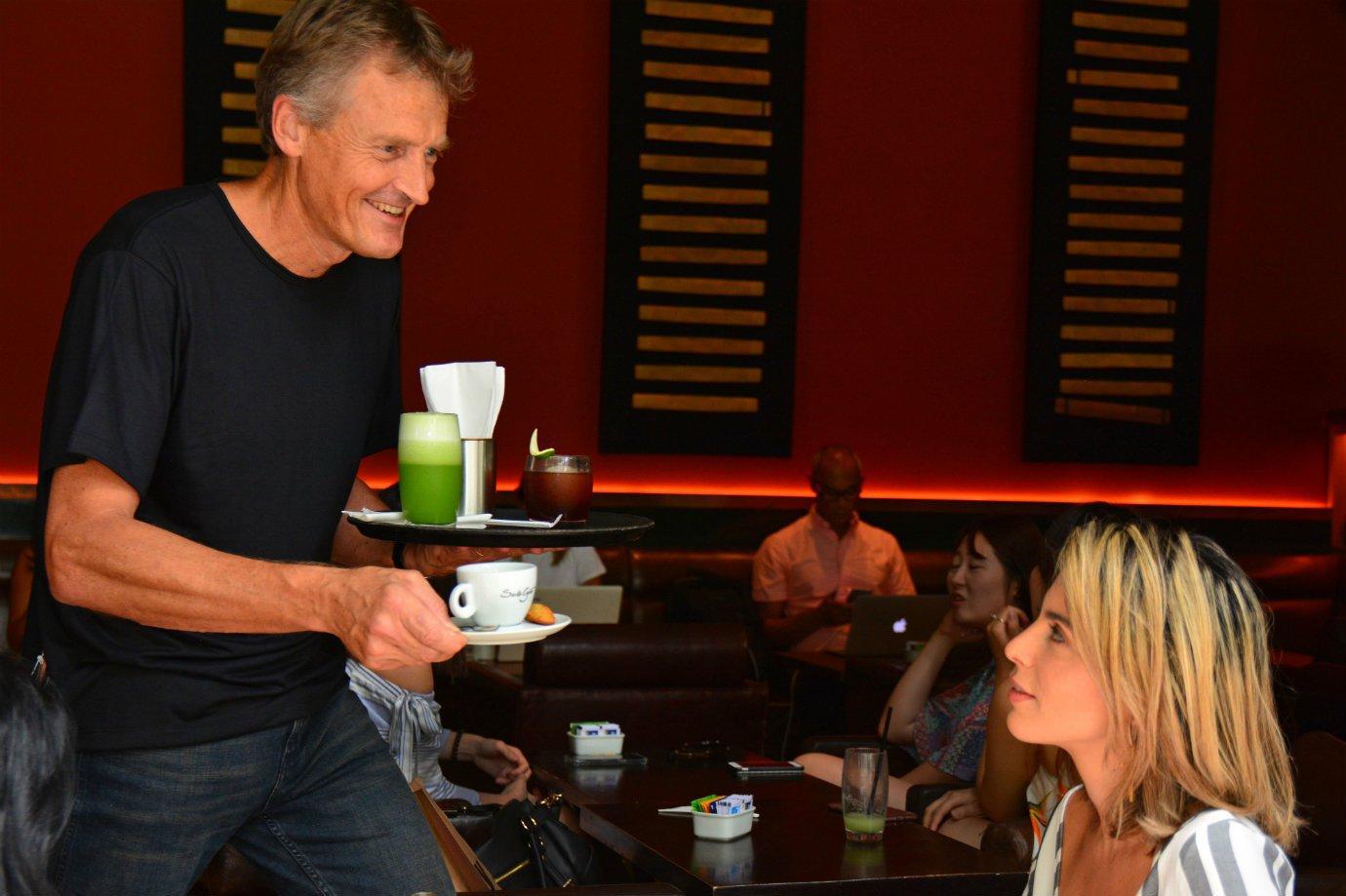 Marco Kerkmeester, do Santo Grão, atuando como garçom em uma das cafeterias