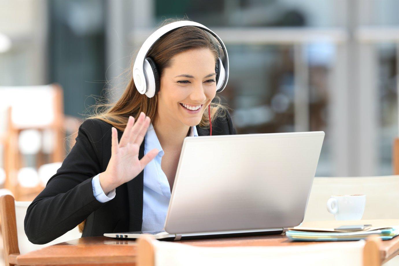 Mulher faz videoconferência por computador
