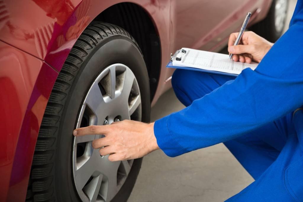 Mecânico examinando carro