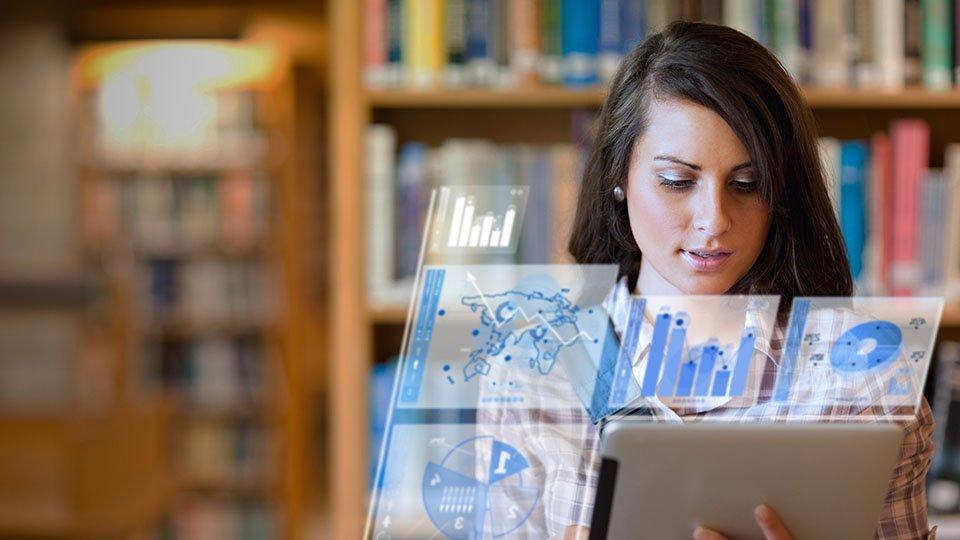 Empreendedora/mulher/estudante usando tablet com tecnologia