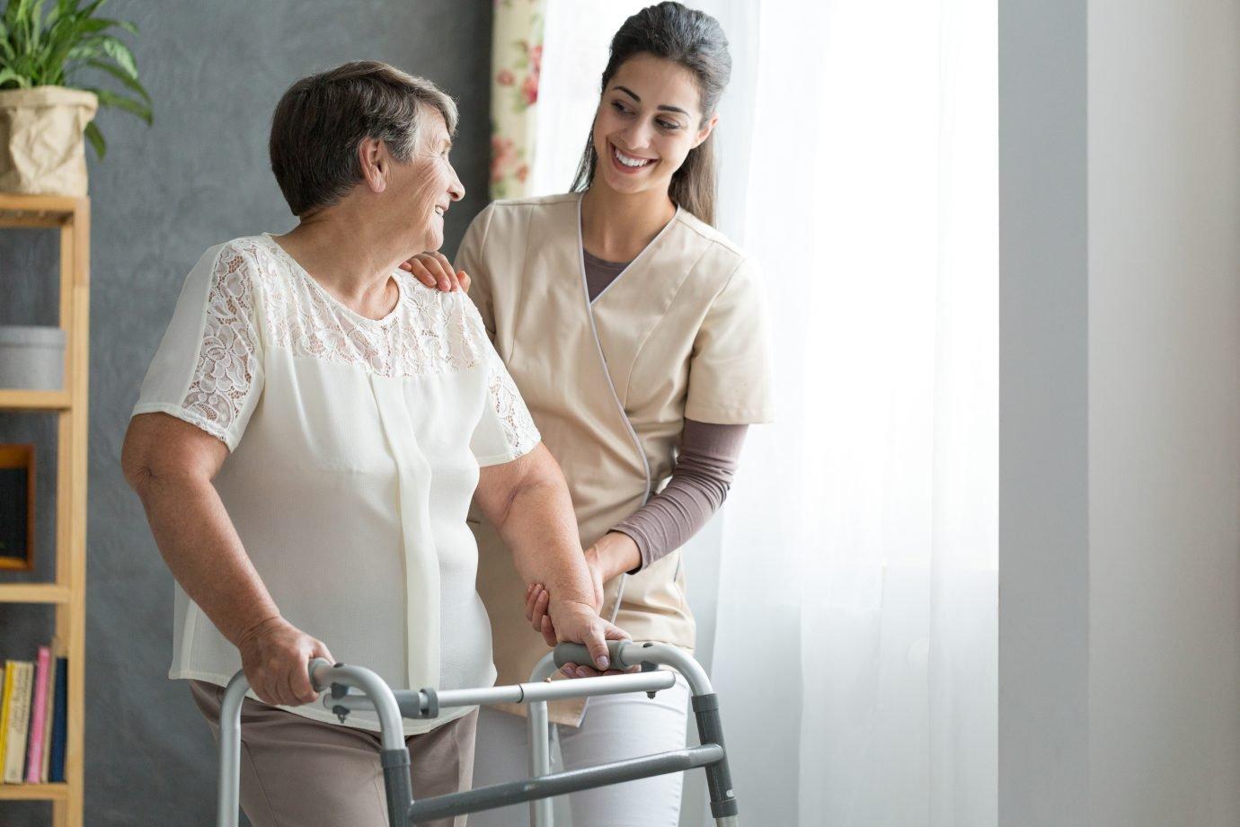Enfermeira ajuda idosa