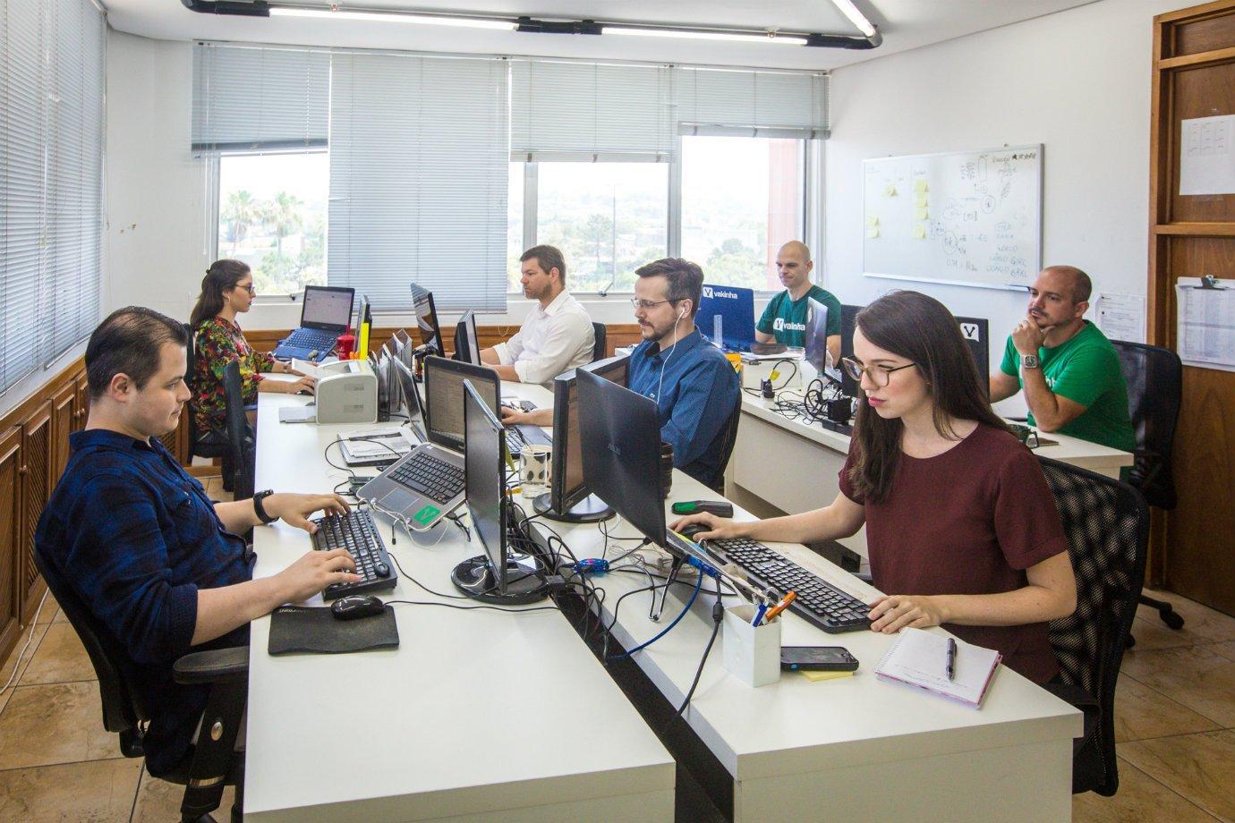 Escritório do Vakinha, com equipe trabalhando
