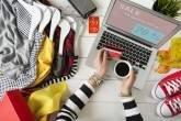 Mulher faz compras online, e-commerce, liquidação
