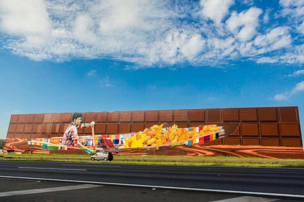 Mural do artista Eduardo Kobra na fachada da Cacau Show