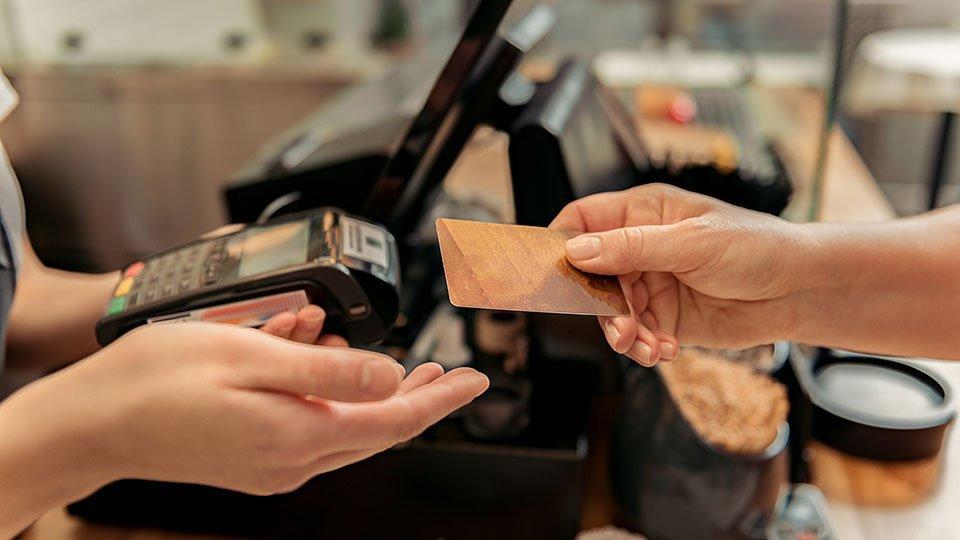 Mulher faz compras em loja (pagamento, cartão)