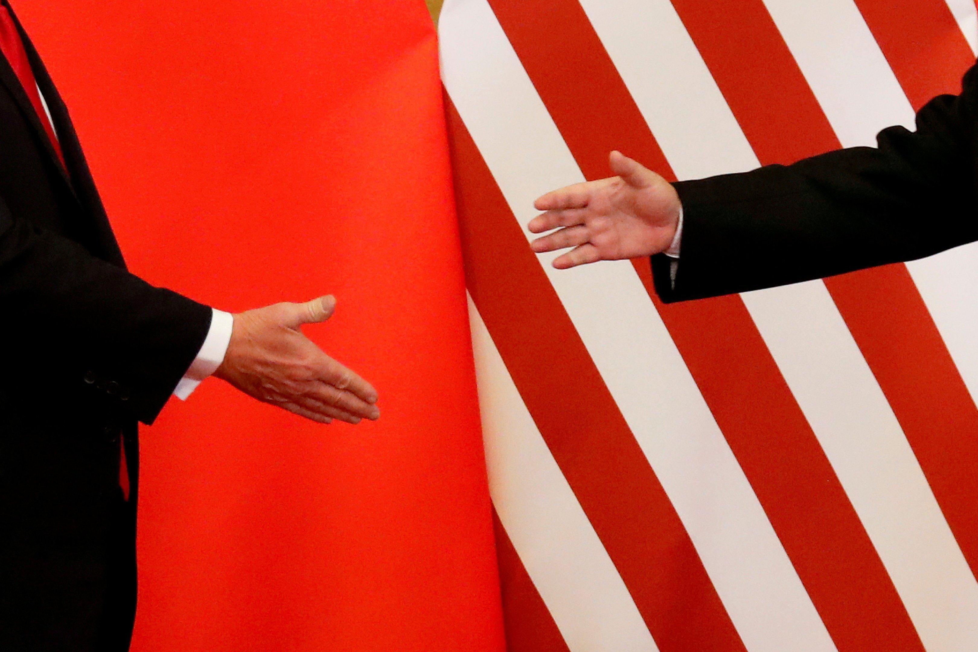 O presidente dos EUA, Donald Trump, e o presidente da China, Xi Jinping, apertam as mãos