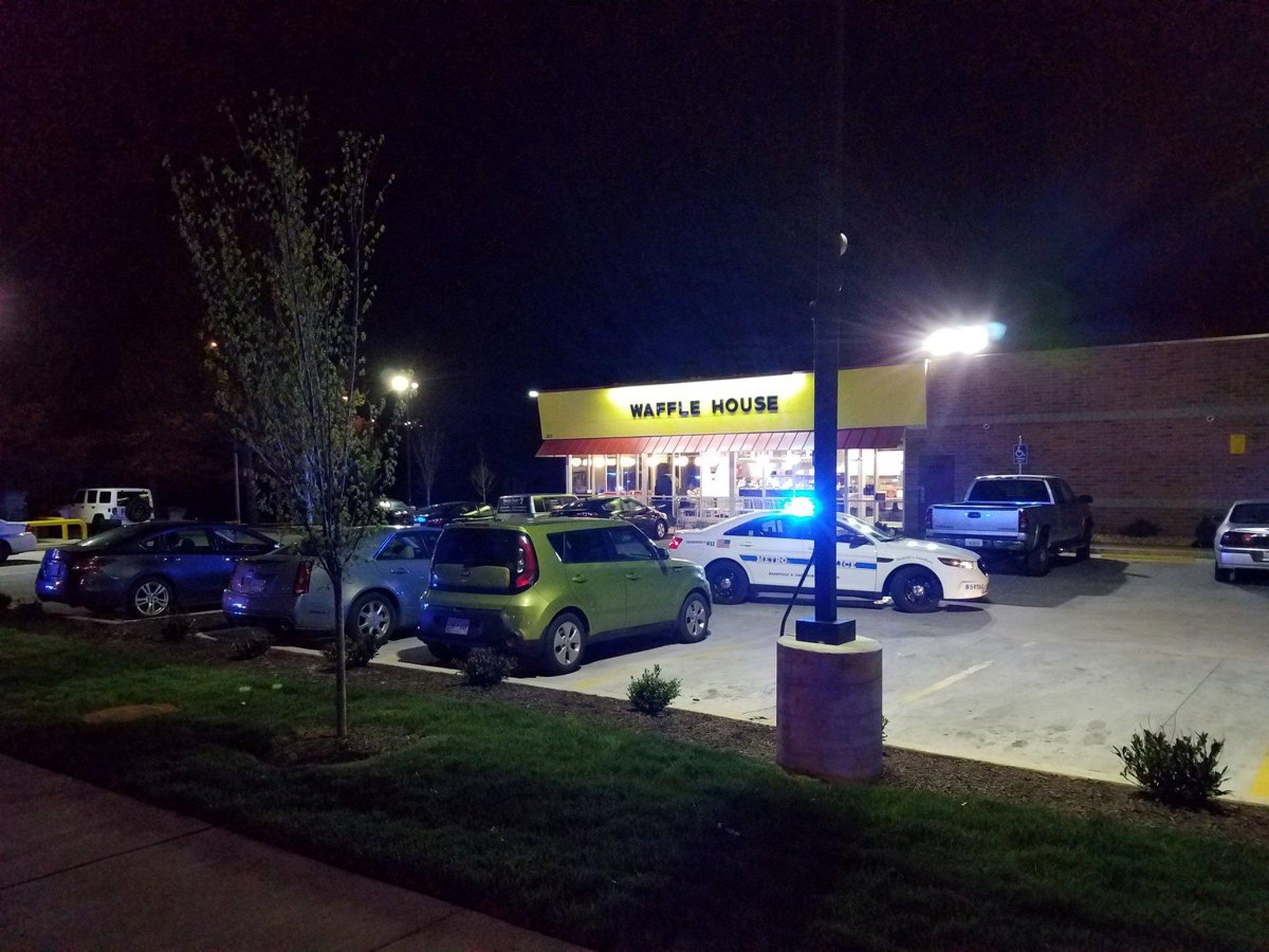 Carro de polícia estacionado em frente ao restaurante Waffle House, que foi alvo de tiroteio em Nashville, nos EUA