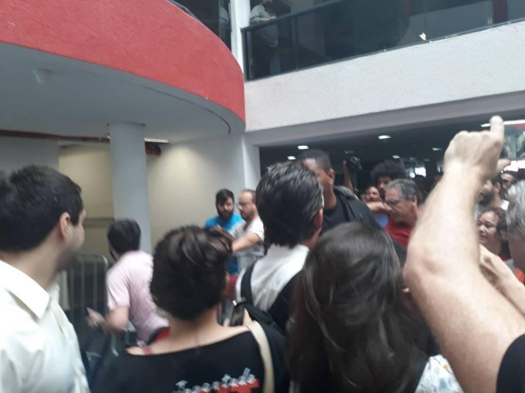 O Repórter Pedro Duran, da CBN, é agredido durante a cobertura da prisão de Lula