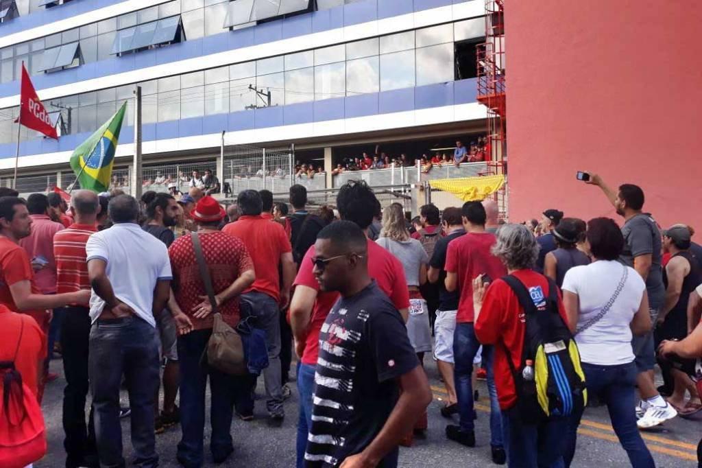 Militantes cercam o prédio do Sindicato dos Metalúrgicos do ABC, onde está Lula em 7-abr-2018