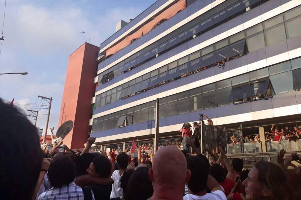 Lula, prestes a ser preso, aparece na janela do Sindicato dos Metalúrgicos