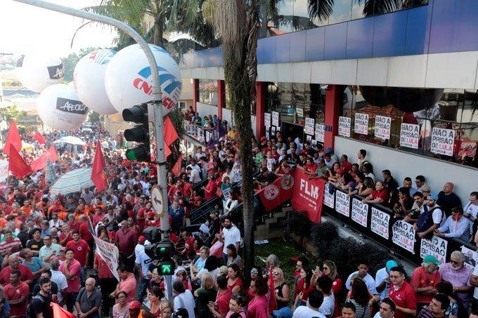 Manifestantes em frente ao Sindicato dos Metalúrgicos em São Bernardo, em apoio ao ex-presidente Lula