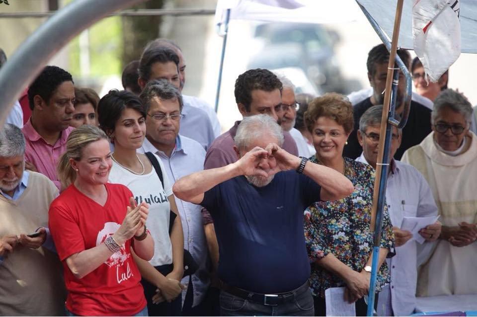 O ex-presidente Lula antes de discursar, um dia após não se entregar à polícia