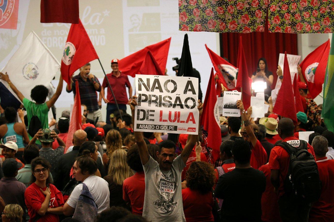 Manifestante contra a prisão de Lula