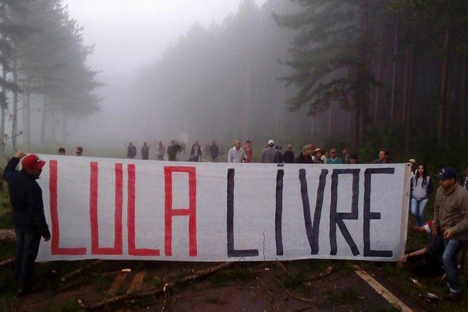 Membros do MST protestam no Paraná contra decreto de prisão de Lula