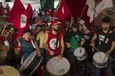 Apoiadores de Lula tocam na sede do PT em São Bernardo nesta sexta-feira (06)