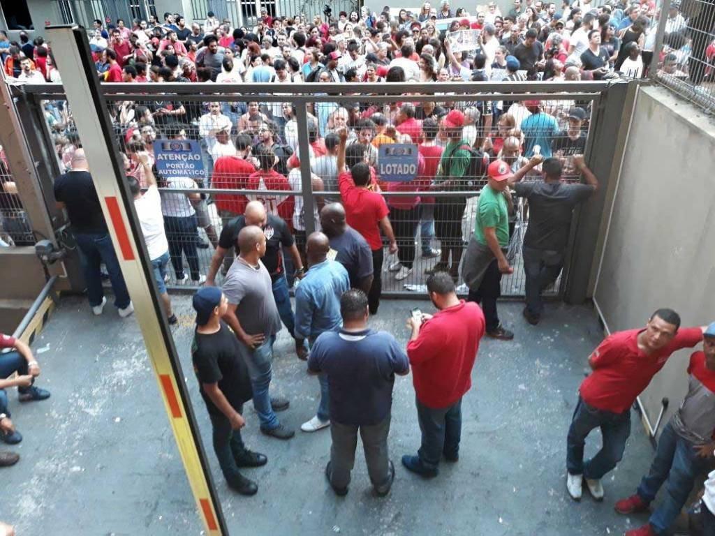 Militantes petistas bloqueiam a entrada do Sindicato dos Metalúrgicos em São Bernardo, SP