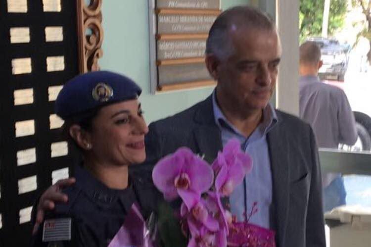 Márcio França, governador de São Paulo, entrega flores para a policial militar Katia Sastre, que matou um assaltante na frente de uma escola