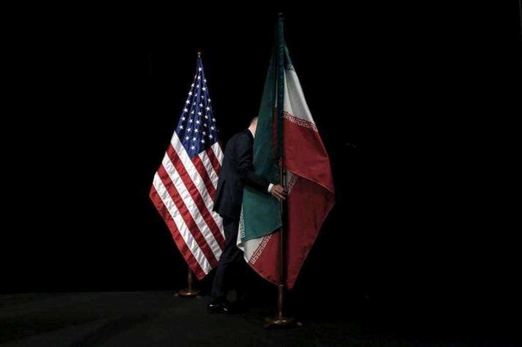 Bandeiras dos EUA e do Irã juntas durante negociações de acordo nuclear em 2015