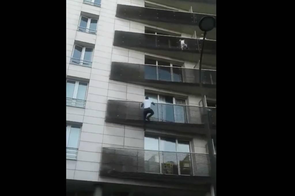 Mamoudou Gassama escala prédio para resgatar criança em Paris