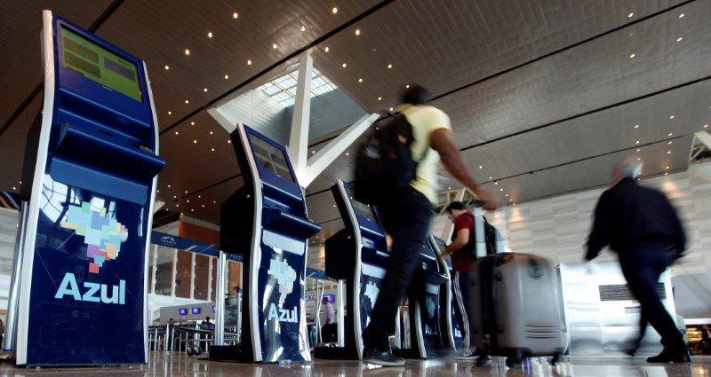Pessoas fazem check-in em guichês de auto-atendimento da Azul no aeroporto de Viracopos, em Campinas