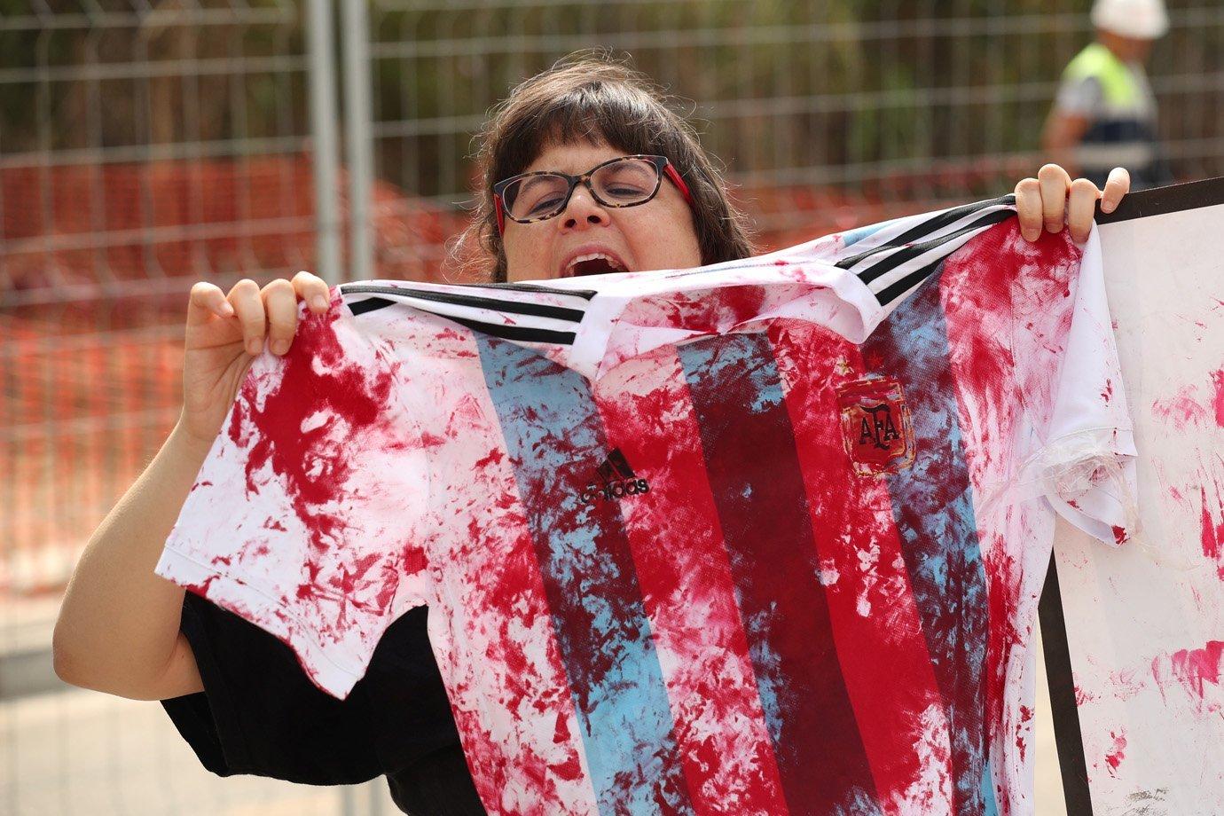 Manifestante protesta do lado de fora de treino da seleção argentina