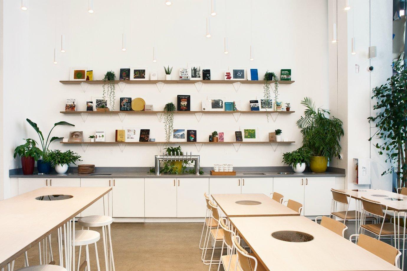 Espaço da hamburgueria Creator, com livros nas prateleiras