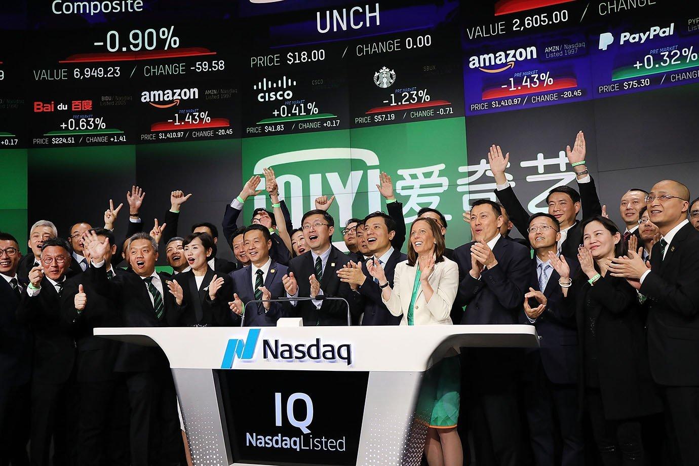 Yu Gong, fundador e CEO da IQiyi, toca o sino com investidores e funcionários em celebração ao IPO do negócio