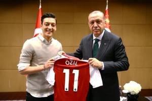 Jogador alemão,Mesut Ozil, e o presidente da Turquia Erdogan em maio de 2018