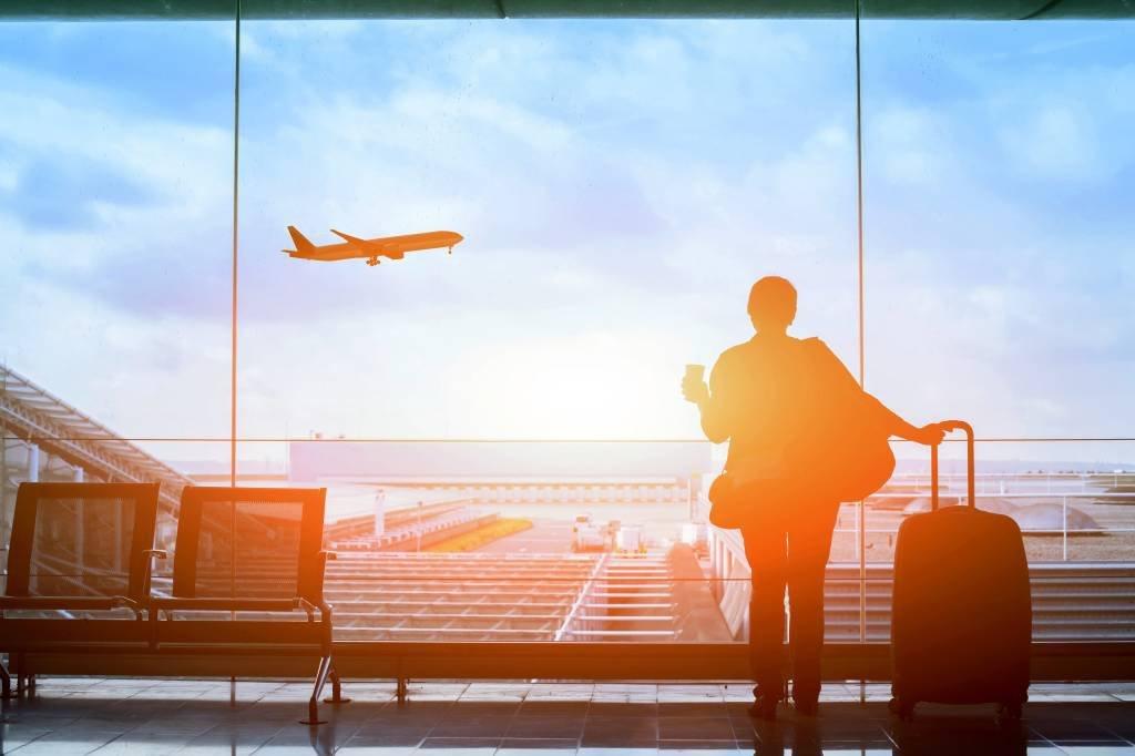 Passageiro se prepara para embarcar em viagem de avião no aeroporto