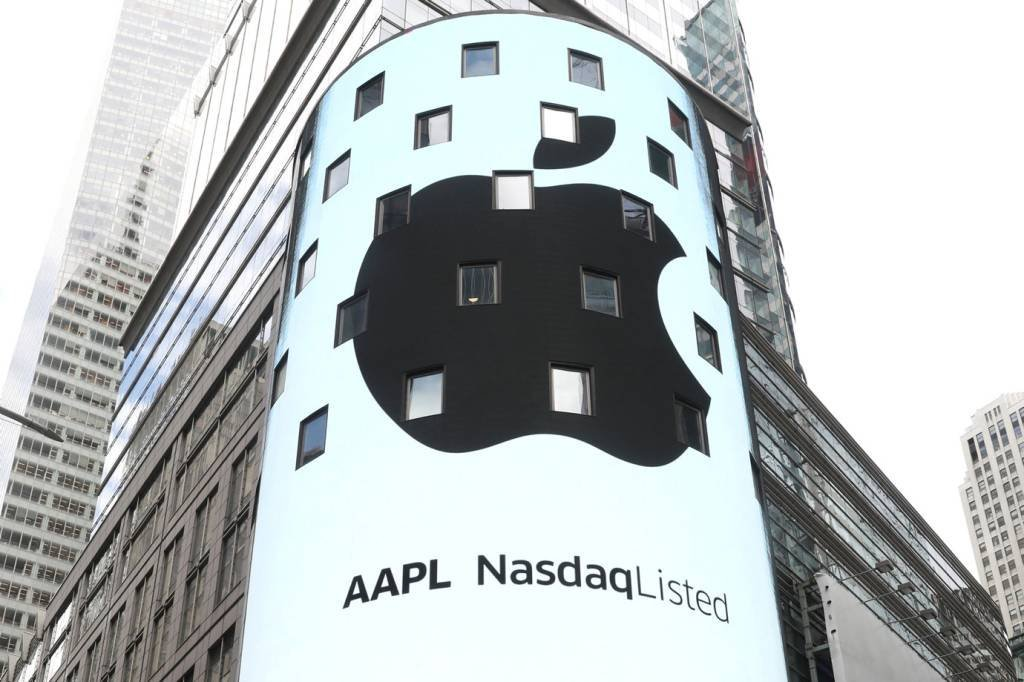 An electronic screen displays the Apple Inc. logo on the exterior of the Nasdaq Market Site following the close of the day's trading session in New York City, New York, U.S., August 2, 2018. REUTERS/Mike Segar