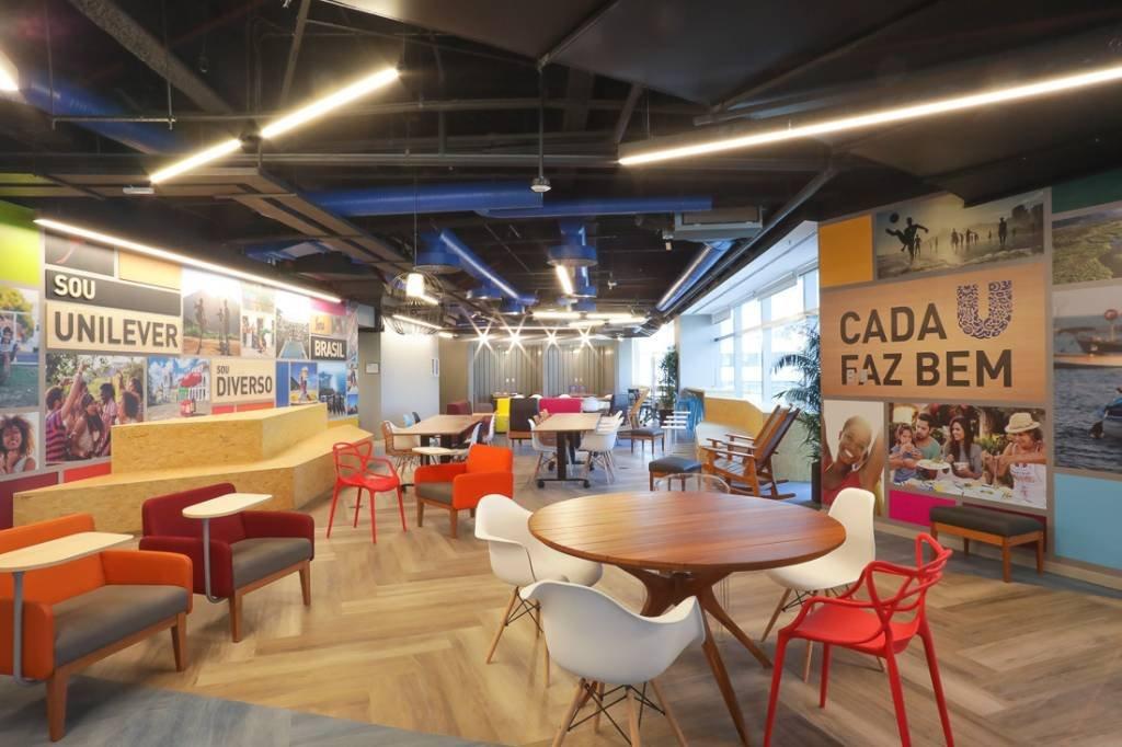 Espaço de coworking, com mesas móveis e painéis de inspiração