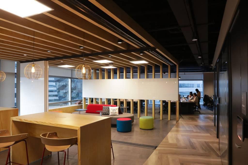 Espaço de reunião de projetos, com lousas móveis, também, pode servir de estação de trabalho