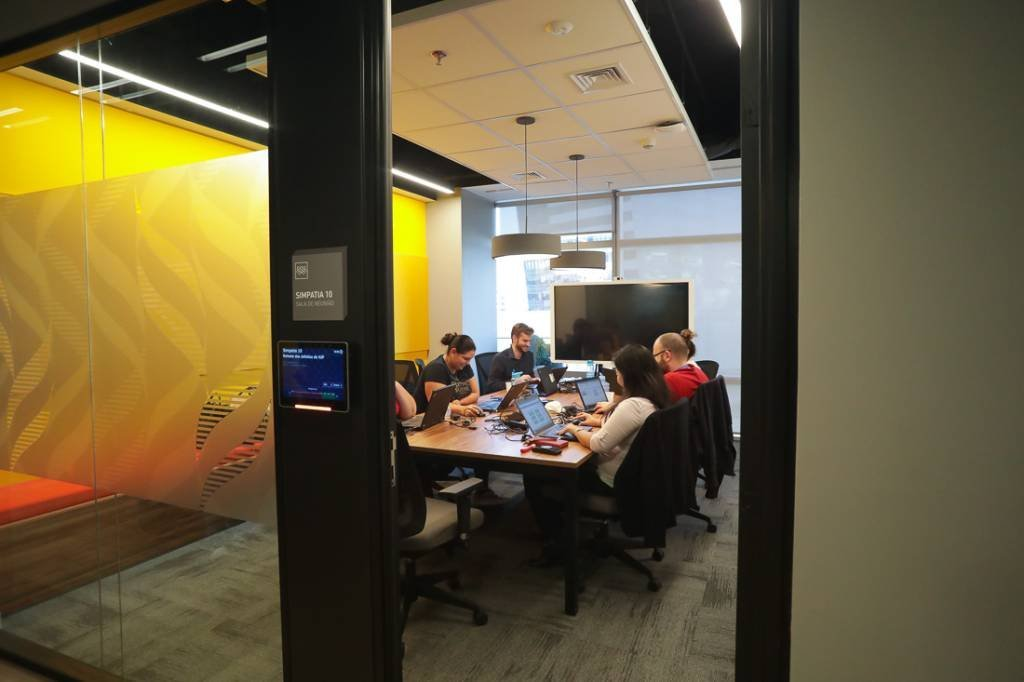 Sala de reunião com tela para videoconferência, no 10°andar