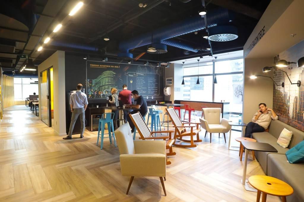 Área de café e descontração no 10o andar do escritório; há espaços semelhantes em todos os andares