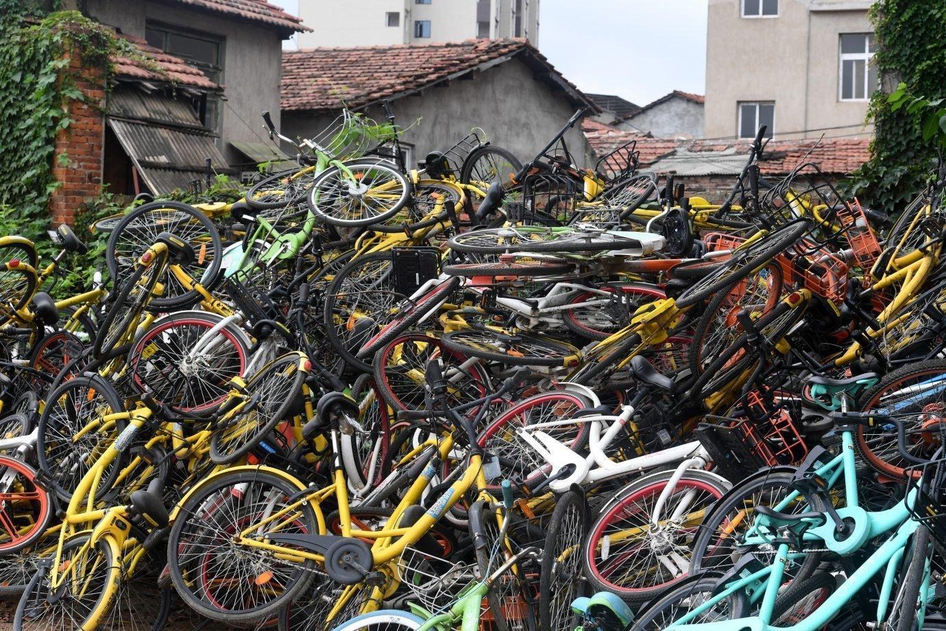 Bicicletas compartilhadas de várias startups jogadas no distrito de Wuchang, em Wuhan, na China