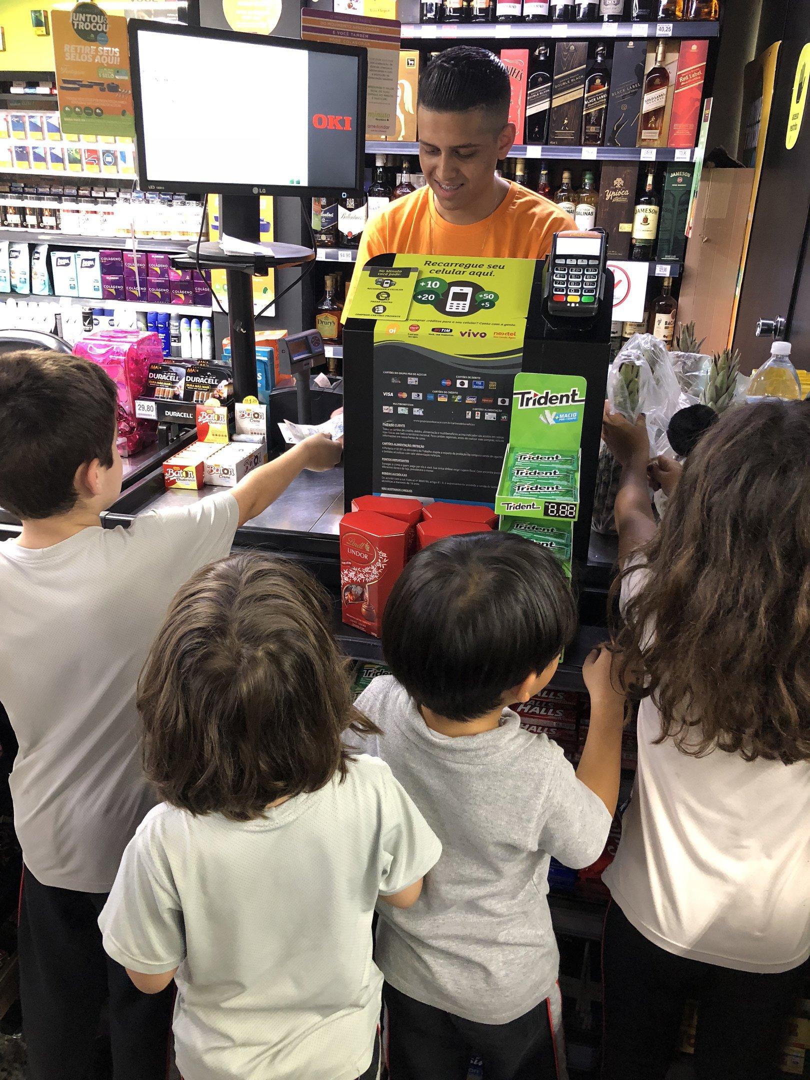 Alunos do 5º ano da educação infantil da Red House International School fazendo compras