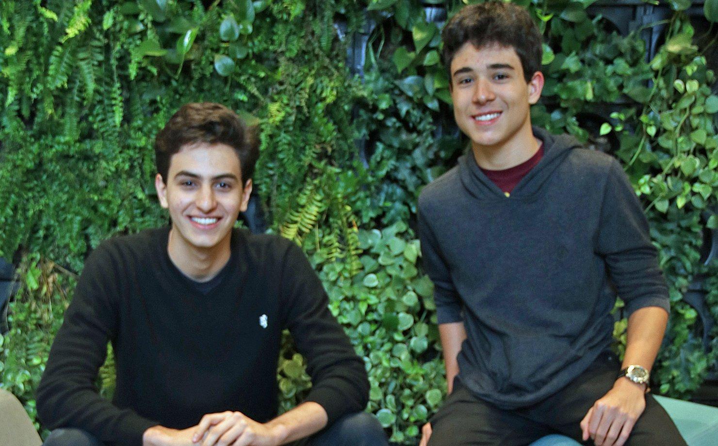 Rafael Válio, 17 anos, e Lucas Braz. 16 anos, coordenadores do Bandinvest, clube de investimentos do Colégio Bandeirantes