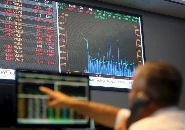 Gráfico de ações e operador da B3