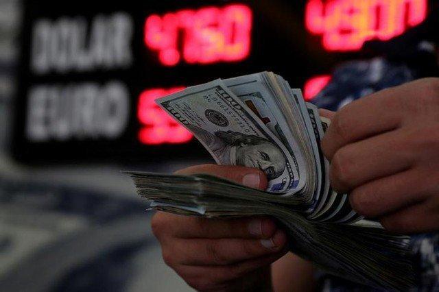 Pessoa conta notas de dólares
