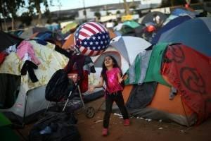 Crianças da caravana de imigrantes em albergue em Tijuana, México