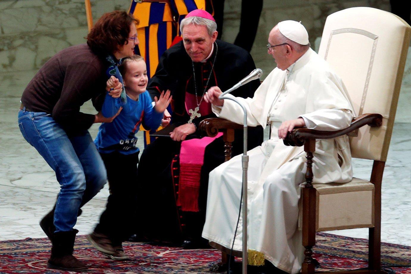Menino rouba a cena e sobe no palco durante audiência do papa Francisco
