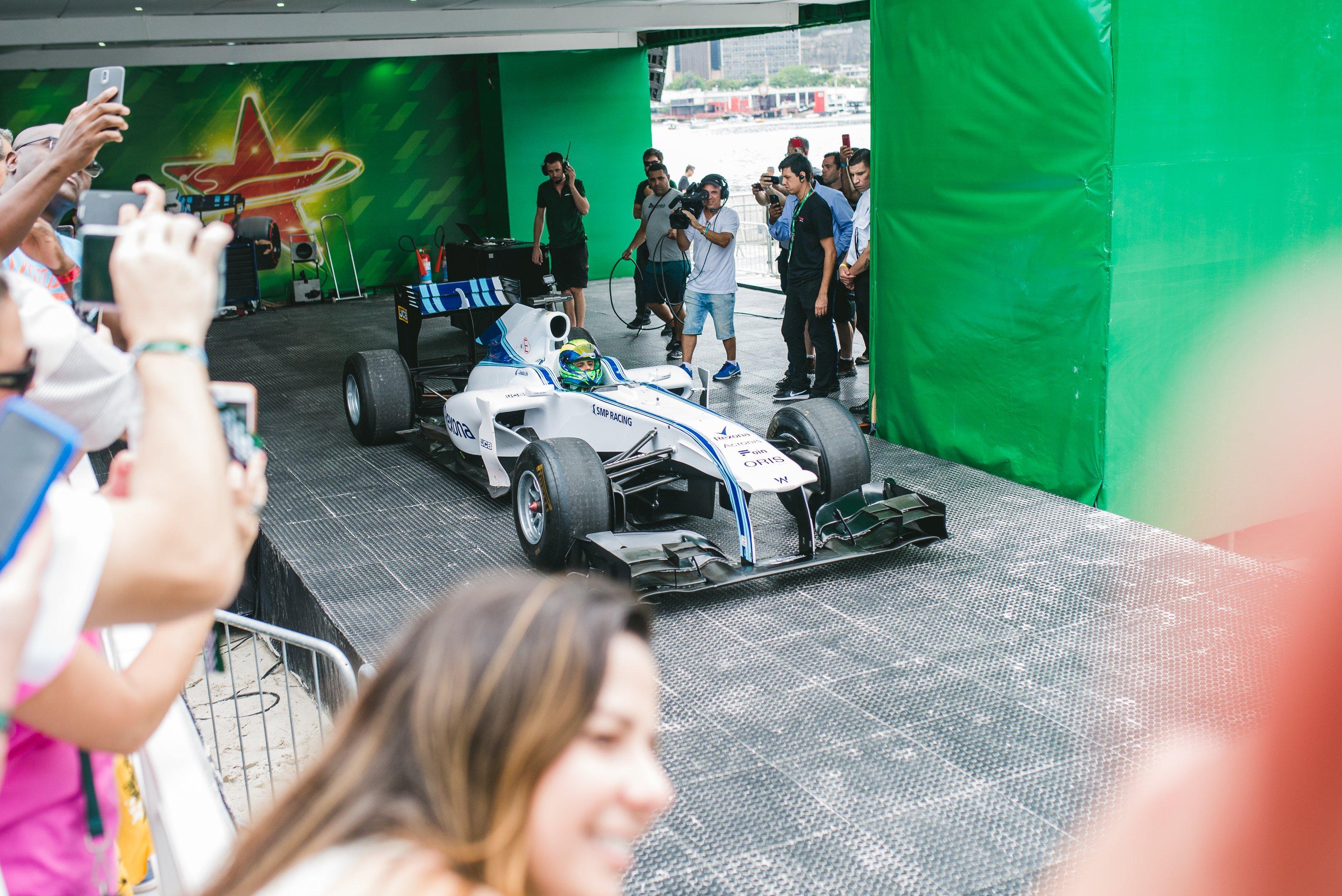 Felipe Massa pilota carro da F-1 na Enseada do Botafogo, no Rio