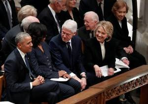 Obama, Michelle Obama, Bill Clinton e Hillary Clinton conversando durante o funeral do George H.W. Bush