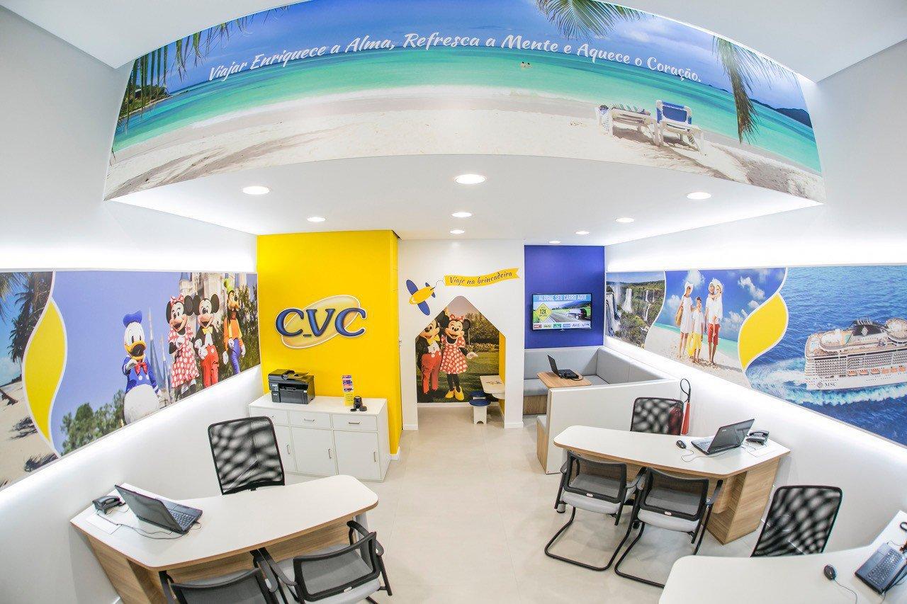 Foto interna de loja da agência de turismo CVC