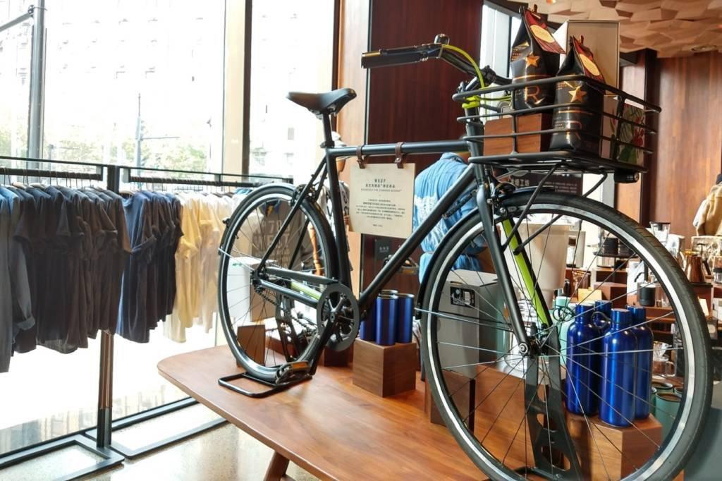 Bicicleta à venda na maior loja Starbucks do mundo, em Xangai